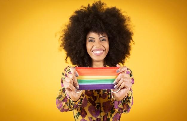 Prawa kobiety afro lgbt, szczęśliwa uśmiechnięta z maską dumy gejowskiej