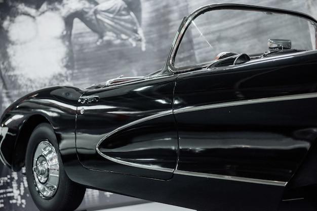 Prawa strona czarnego zabytkowego samochodu na pokazie samochodowym