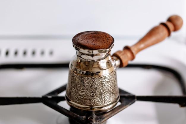 Prawdziwa kawa parzona w dzbanku na kuchence gazowej