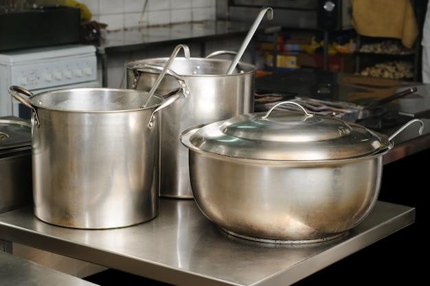 Prawdziwa kuchnia używana w restauracji, trzy garnki, selektywne skupienie