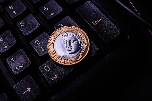 Prawdziwa moneta 1 na klawiaturze komputera