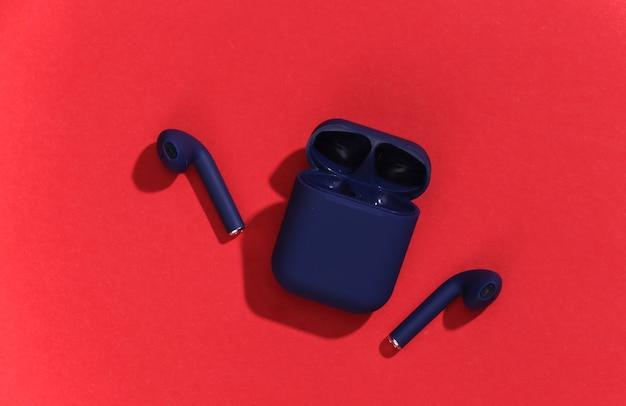 Prawdziwe bezprzewodowe słuchawki bluetooth lub wkładki douszne z etui ładującym