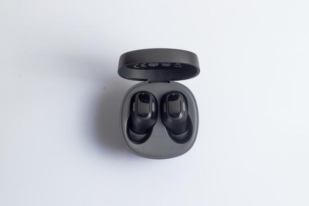 Prawdziwe bezprzewodowe słuchawki stereo w kolorze czarnym na białym tle