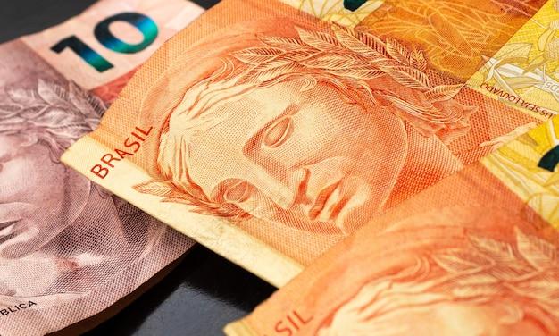 Prawdziwe brazylijskie banknoty brl na ciemnej powierzchni