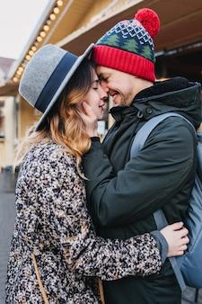 Prawdziwe emocje miłosne radosnej słodkiej pary spędzającej czas razem na świeżym powietrzu w mieście. cudowne szczęśliwe chwile, dobra zabawa, uśmiech, święta, randki, zakochanie.