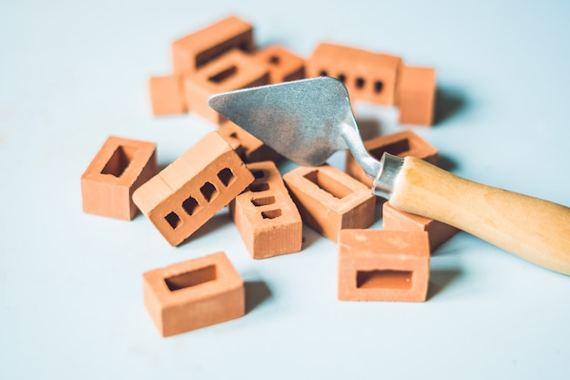 Prawdziwe małe gliniane cegły na stole