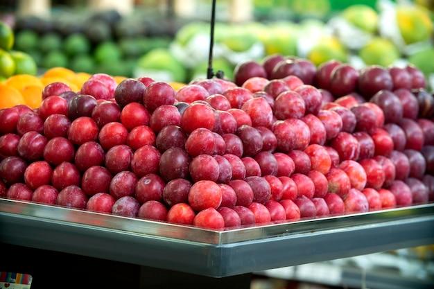 Prawdziwe nektaryny w sklepie. wcześnie rano w supermarkecie