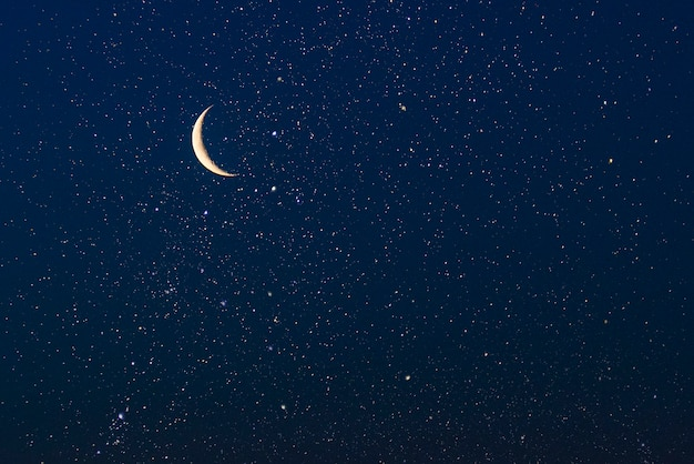 Prawdziwe niebo z gwiazdami i półksiężycem