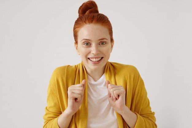 Prawdziwe uczucie i pozytywne emocje. wspaniała młoda rudowłosa suczka o naturalnym wyglądzie, podekscytowana i szczęśliwa
