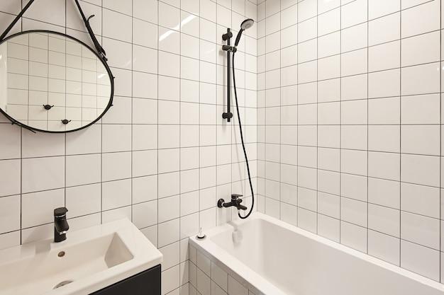 Prawdziwe zdjęcie wnętrza łazienki, bez ludzi