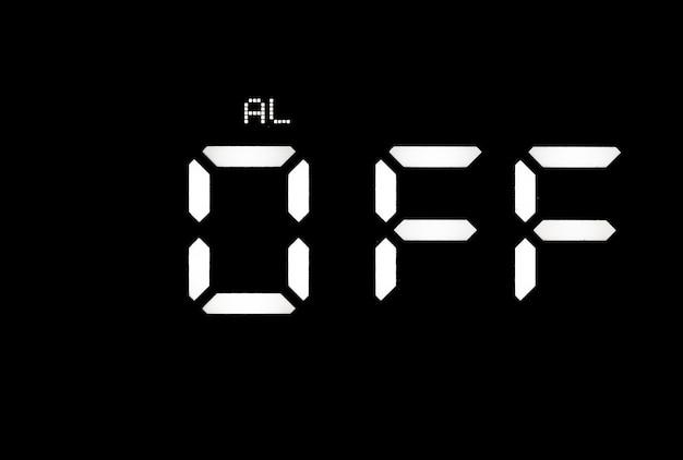 Prawdziwy biały zegar cyfrowy led na czarnym tle pokazujący alarm wyłączony