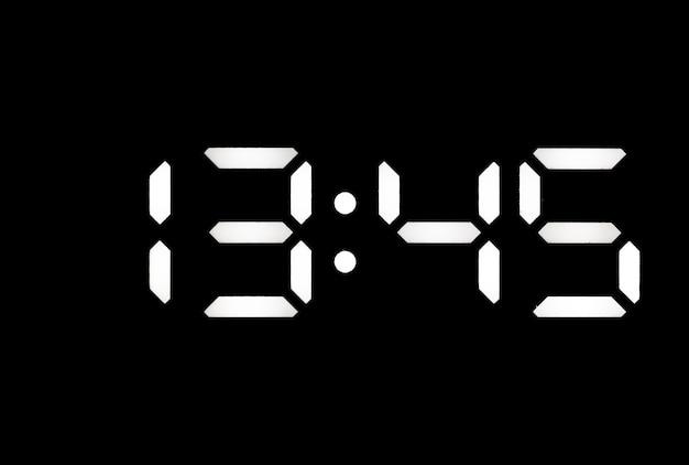 Prawdziwy biały zegar cyfrowy led na czarnym tle pokazujący czas 1345