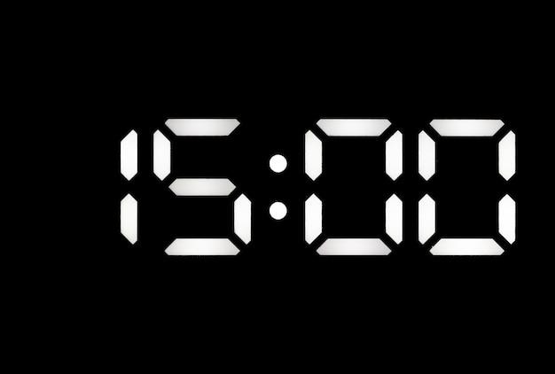 Prawdziwy biały zegar cyfrowy led na czarnym tle pokazujący czas 1500