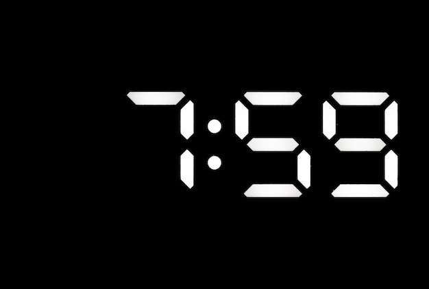 Prawdziwy biały zegar cyfrowy led na czarnym tle pokazujący czas 759