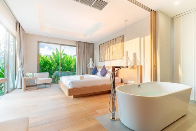 Prawdziwy luksus wnętrza w sypialni willi przy basenie z wygodnym łóżkiem typu king-size z wysokim sufitem podniesionym do domu, domu, budynku