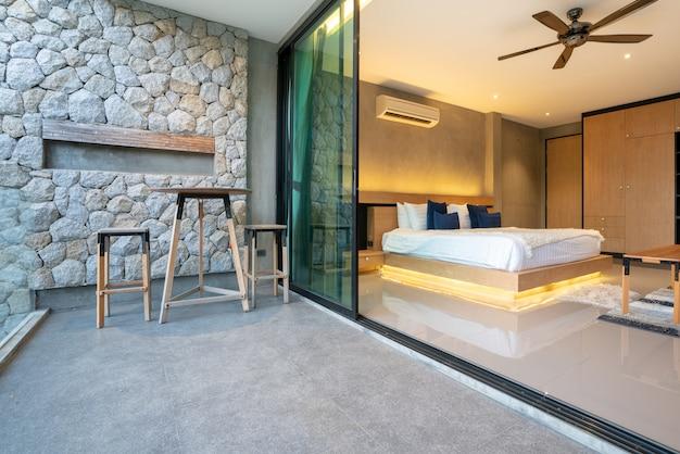 Prawdziwy luksus wnętrza w sypialni z jasną i jasną przestrzenią w domu lub domu