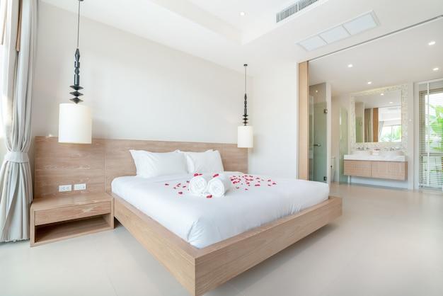 Prawdziwy luksus wnętrza w sypialni z jasnym i jasnym miejscem w domu lub domu
