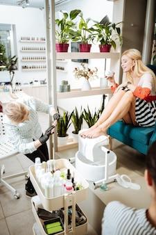 Prawdziwy relaks. blond bizneswoman czuje się w salonie piękności niezwykle odprężona i zrelaksowana