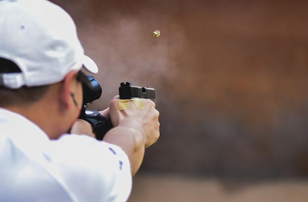 Prawdziwy widok strzelanie z pistoletu