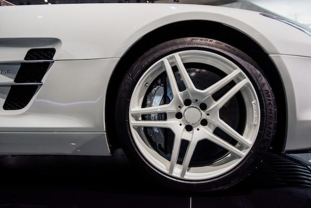 Prawe przednie koło nowoczesnego białego samochodu