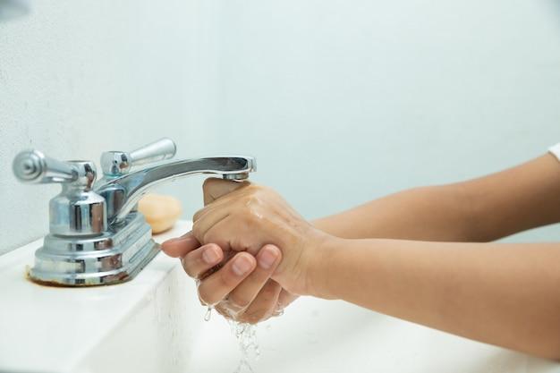Prawidłowe mycie rąk, aby zapobiec covid-19 lub grypie