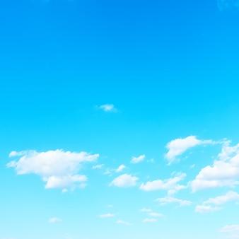 Prawie czyste błękitne niebo przy dobrej pogodzie - tło z miejscem na tekst