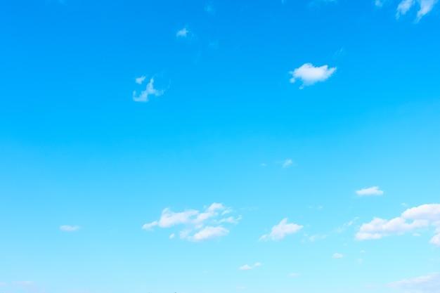 Prawie czyste błękitne niebo - tło z miejscem na własny tekst
