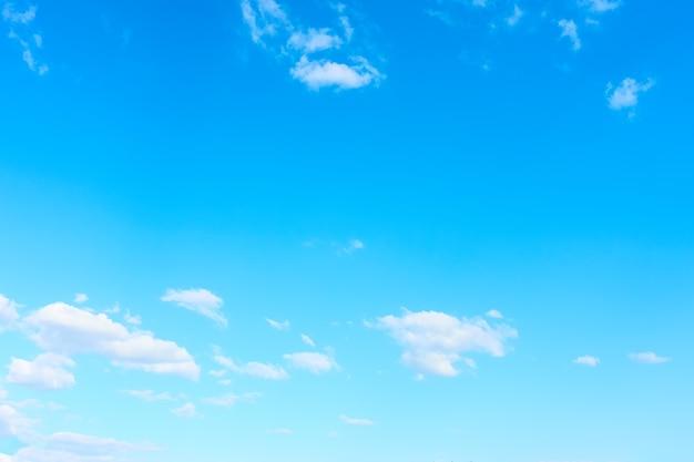 Prawie czyste błękitne niebo z białymi chmurami - tło z dużą przestrzenią na własny tekst