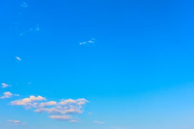 Prawie czyste błękitne niebo z chmurami - tło z dużym copyspace
