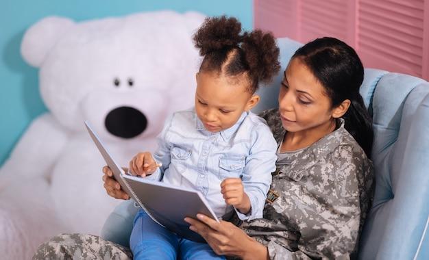 Prawie idealnie. cudowna, genialna piękna matka, czytająca i poprawiająca błędy swojego dziecka w domu, siedząc na kolanach