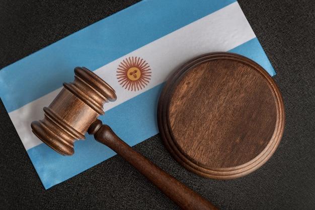 Prawnicy drewniany młotek na tle flagi argentyny. sąd w argentynie. argentyna para międzynarodowa.
