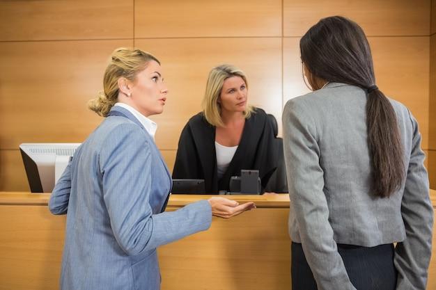Prawnicy rozmawiają z sędzią