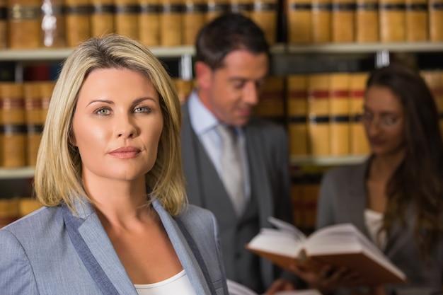 Prawnicy w bibliotece prawa