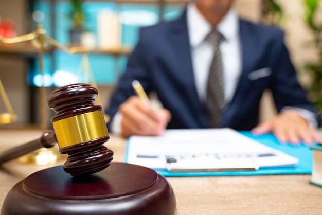 Prawnicy wymiaru sprawiedliwości spotykają się w kancelarii.