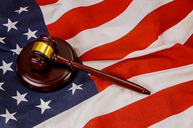 Prawnicy z usa w drewnianym młotkiem sędziego na amerykańskiej fladze prawo sprawiedliwości