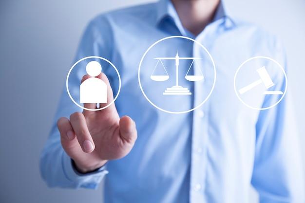 Prawnik dotyka pojęcia sprawiedliwości. ikona interfejsu prawa.