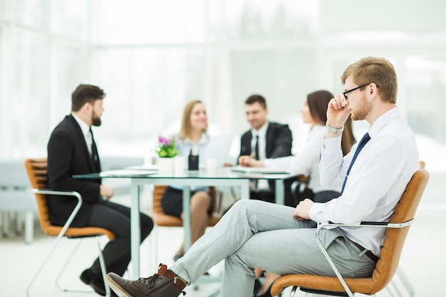 Prawnik firmy na tle spotkania roboczego zespołu biznesowego