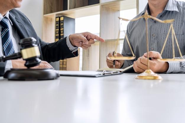 Prawnik i biznesmen pracy