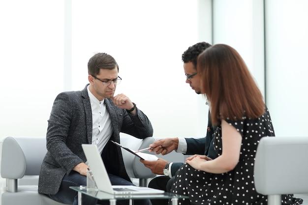 Prawnik i para omawiają warunki umowy. zdjęcie z miejscem na kopię