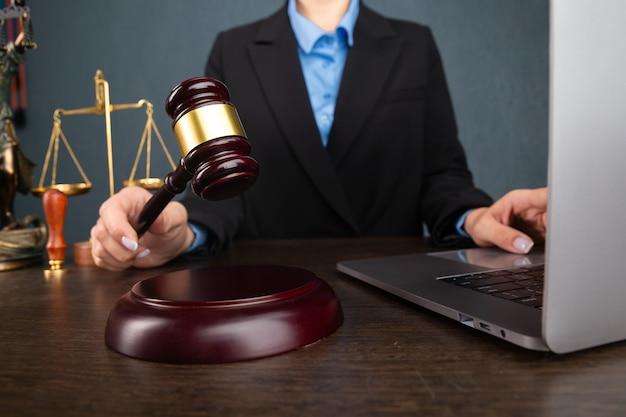 Prawnik kobiet pracujących i notariusz podpisuje dokumenty w biurze. konsultant prawnik, wymiar sprawiedliwości i prawo, adwokat, sędzia sądowy, koncepcja