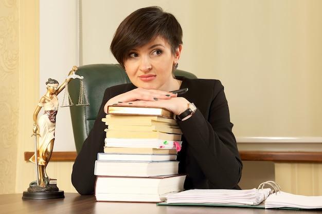 Prawnik kobieta sukcesu w pracy w biurze