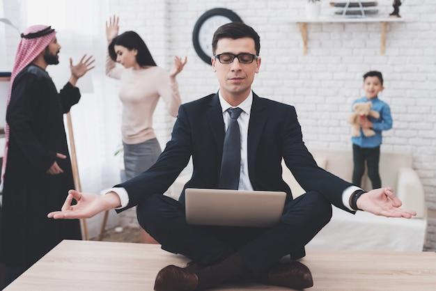 Prawnik medytuje, podczas gdy mężczyzna i kobieta kłócą się.