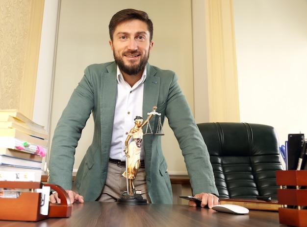 Prawnik odnoszący sukcesy w biurze za biurkiem