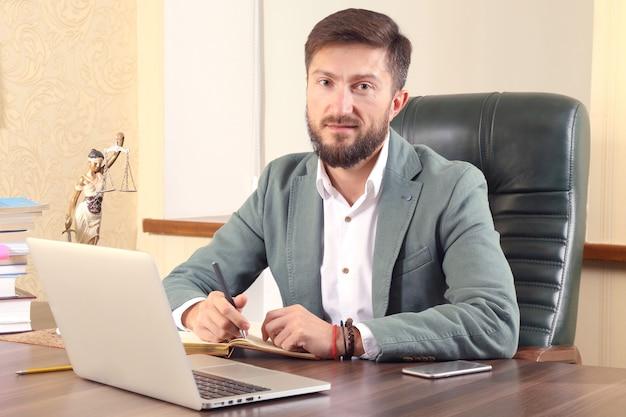 Prawnik odnoszący sukcesy w pracy w biurze. rzecznictwo i działalność prawna