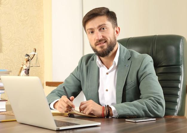 Prawnik odnoszący sukcesy w pracy w biurze