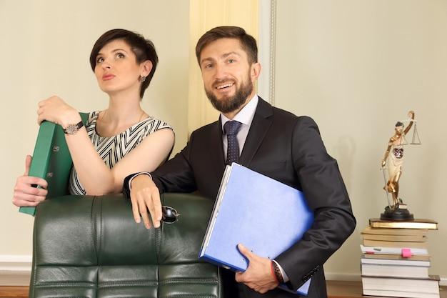 Prawnik partnerów biznesowych w biurze, posiadający dokumenty