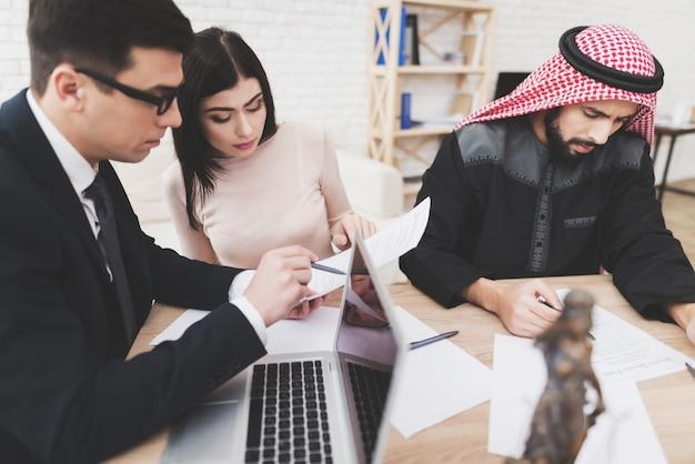 Prawnik pomaga kobiecie w składaniu dokumentów rozwodowych.