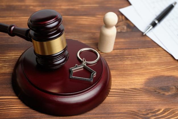 Prawnik rozstrzygający spory sądowe dotyczące nieruchomości