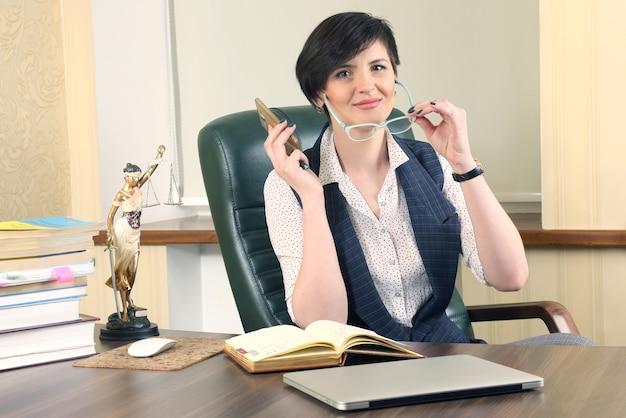 Prawnik sukcesu kobieta w pracy w biurze. rzecznictwo i działalność prawna