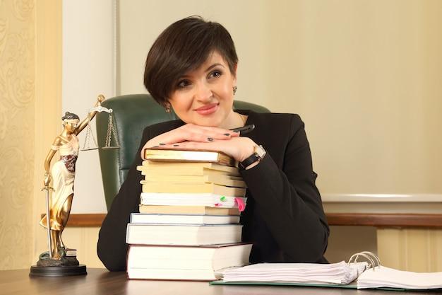 Prawnik sukcesu kobieta w pracy w biurze